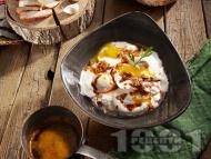 Лесни яйца по панагюрски върху сирене